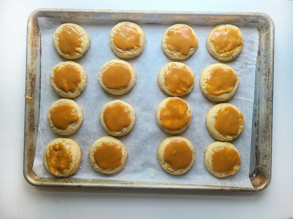caramel sauce on top of sugar cookie base