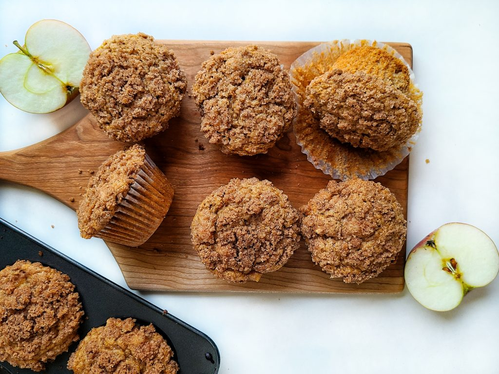 apple cinnamon muffins with crunchy topping